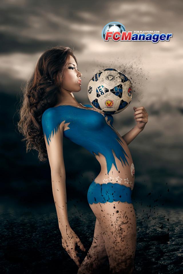 Kim Trúc Phạm khoe đường cong cùng FC Manager 10