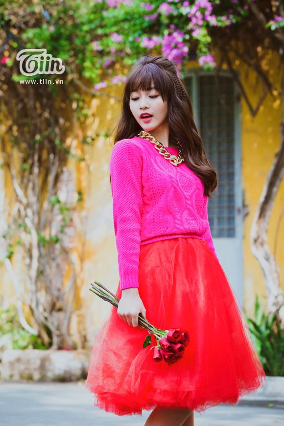 Khả Ngân diện váy đỏ rực xuống phố đầu năm