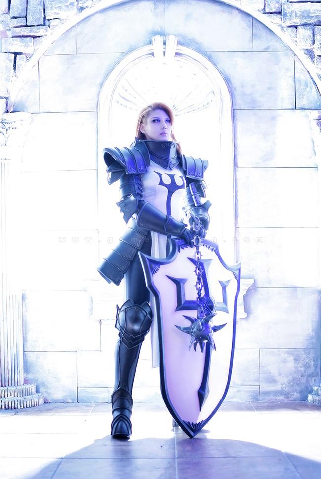 Tasha mạnh mẽ với trang phục Crusader trong Diablo 3 3