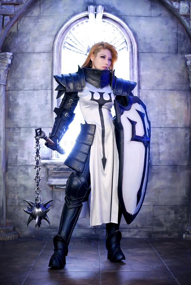 Tasha mạnh mẽ với trang phục Crusader trong Diablo 3 6