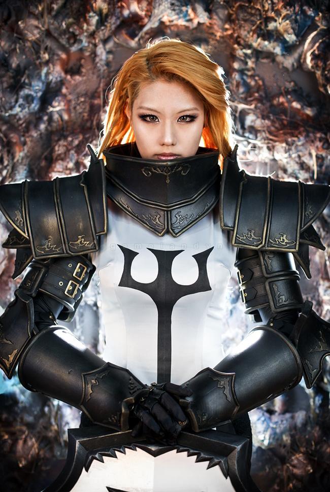 Tasha mạnh mẽ với trang phục Crusader trong Diablo 3 7