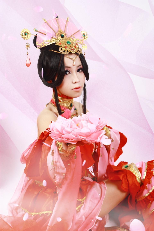 Nữ hiệp Thất Tú quyến rũ với sắc đỏ
