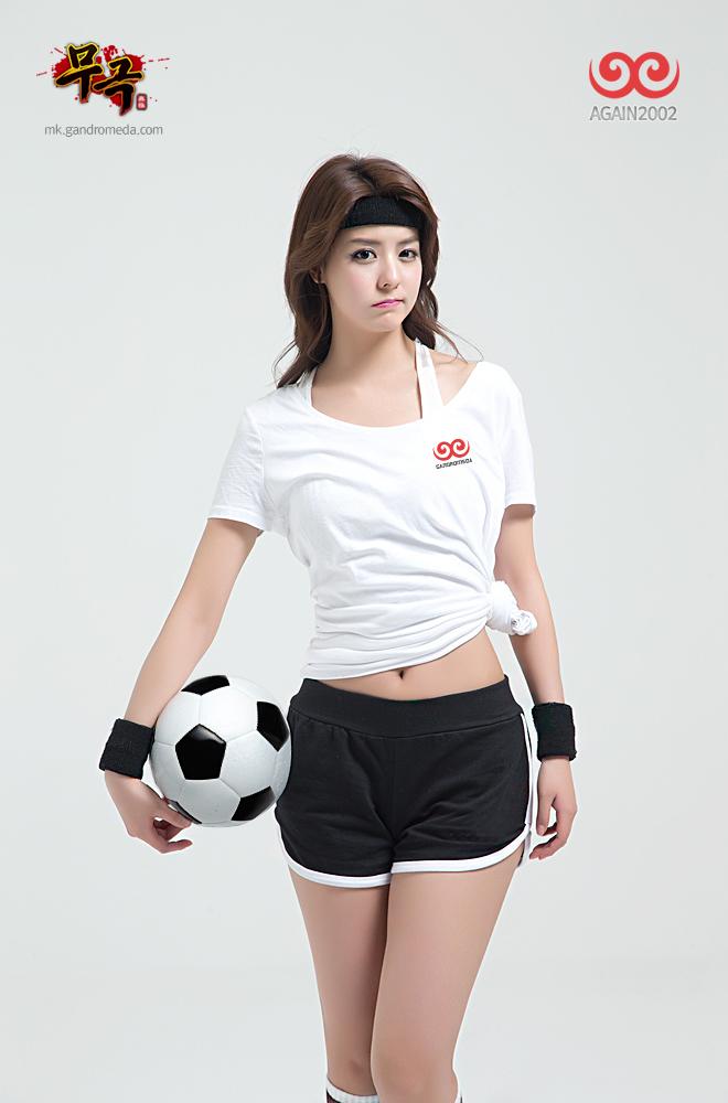 Fuji Mina quyến rũ với trang phục cầu thủ đá bóng - Ảnh 1