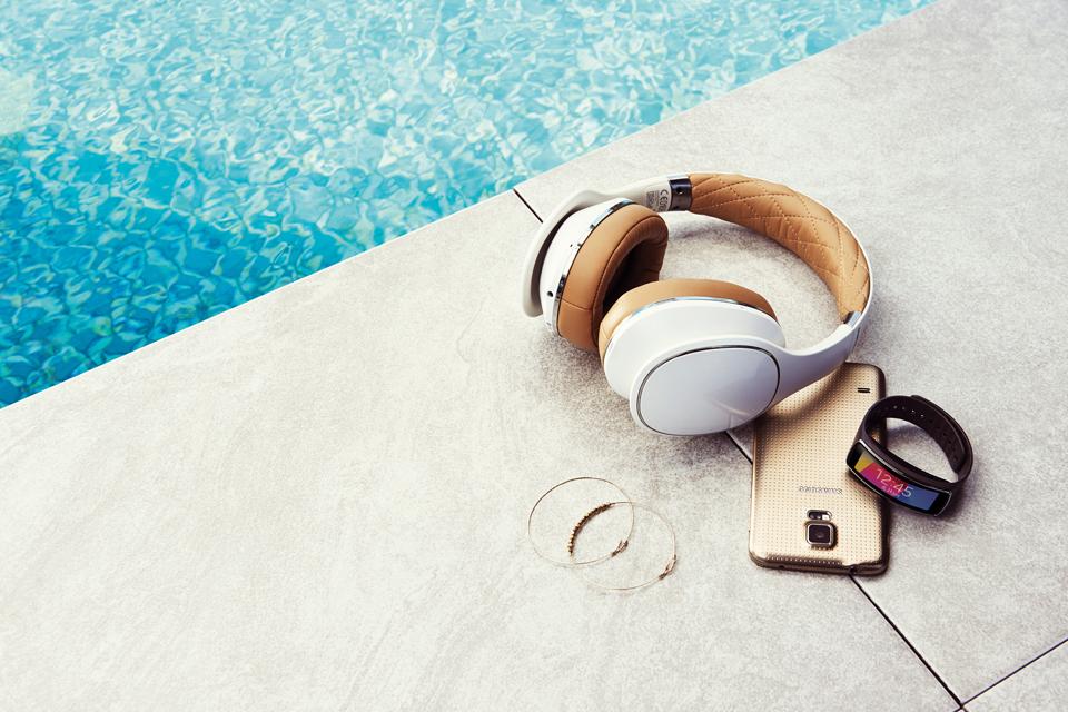 Doutzen Kroes quyến rũ với Galaxy S5 và Gear Fit - Ảnh 1