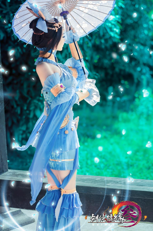 Nữ hiệp Thất Tú quyến rũ với bộ váy xanh
