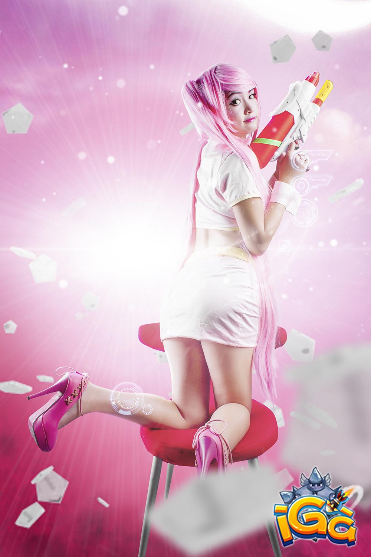Bunny Kute khoe vòng một quyến rũ với cosplay iGà